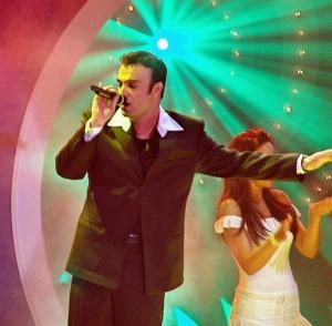 """איסטנבול, טורקיה - דוד ד'אור שר את """"להאמין"""", שירה של ישראל לאירוויזיון 2004, ב""""מסיבה בכחול-לבן"""" אשר אורגנה על-ידי אנשי השגרירות הישראלית, ימים ספורים לפני חצי-הגמר."""